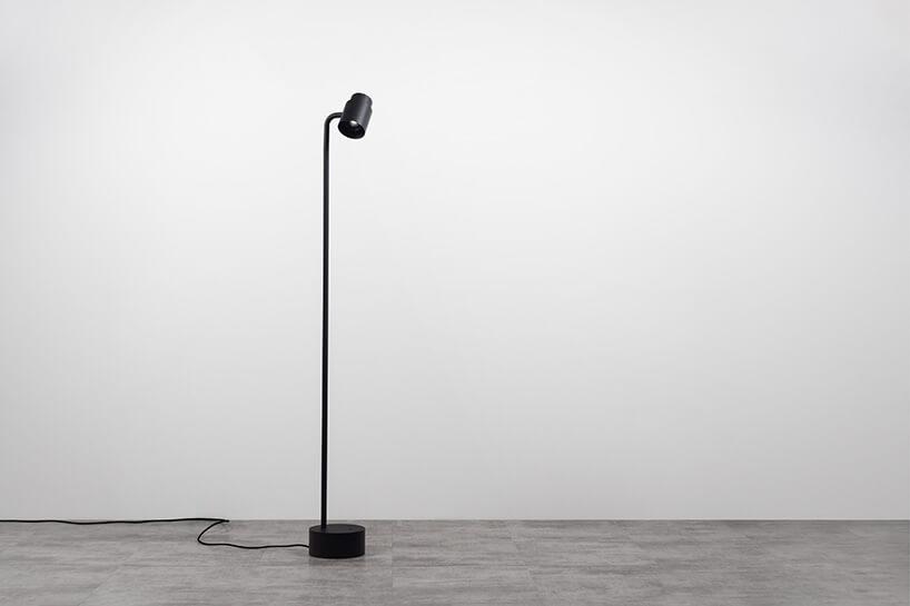 czarna stojąca wysoka lampa-reflektor