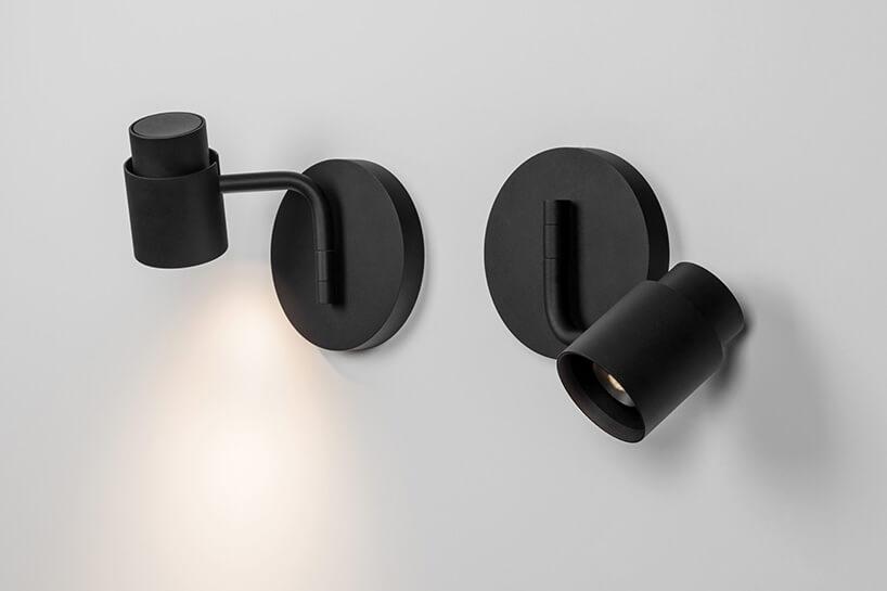 czarne lampy-reflektory na ścianie