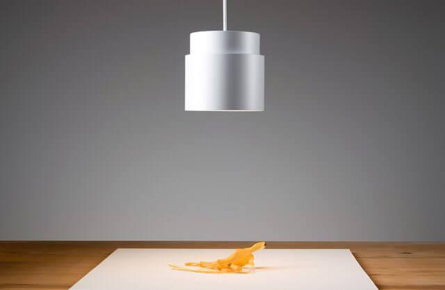 biała lampa wisząca nad stołem