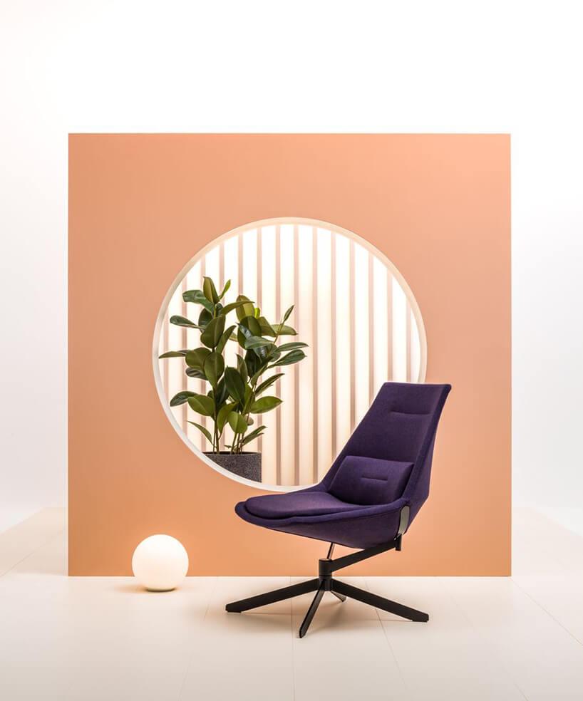 nowoczesny fioletowy fotel zserii Frank od MDD na tle pomarańczowej ścianki zwyciętym kołem