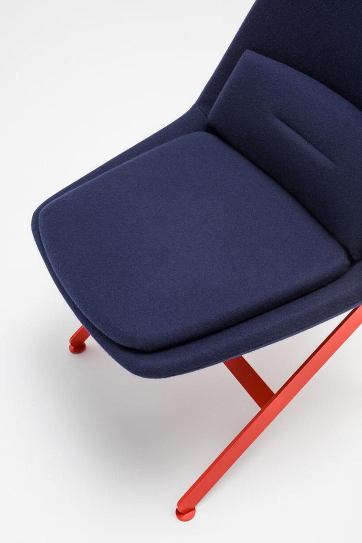 fioletowe siedzisko zbliska fotelu zserii Frank od MDD