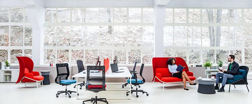 wysokie czerwone siedzisko zserii Mesh waranżacji przestrzeni open space