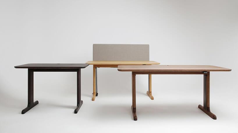 trzy biurka ruchome wróżnych jasnościach drewna