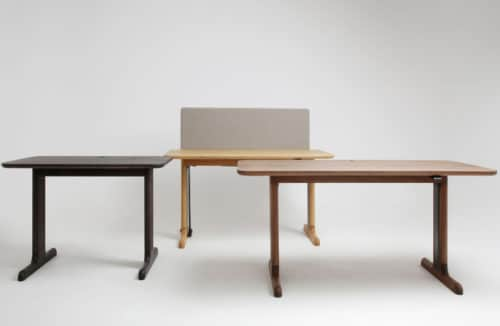 trzy biurka ruchome w różnych jasnościach drewna