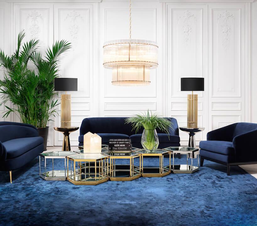 białe wnętrze ze złotymi dodatkami iniebieski zestaw mebli na niebieskim dywanie
