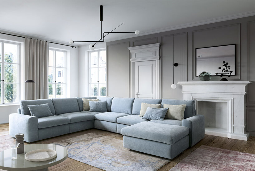 duża jasnoniebieska sofa wprzestronnym salonie