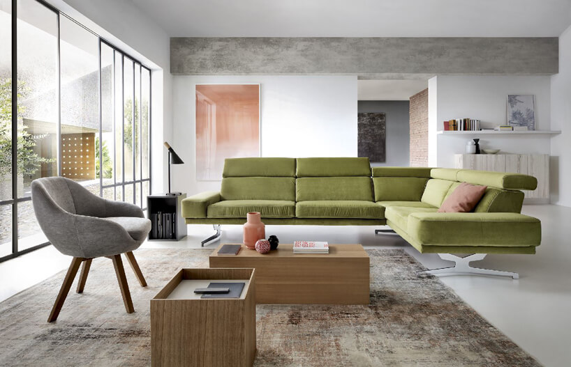 zielona sofa wprzestronnym salonie