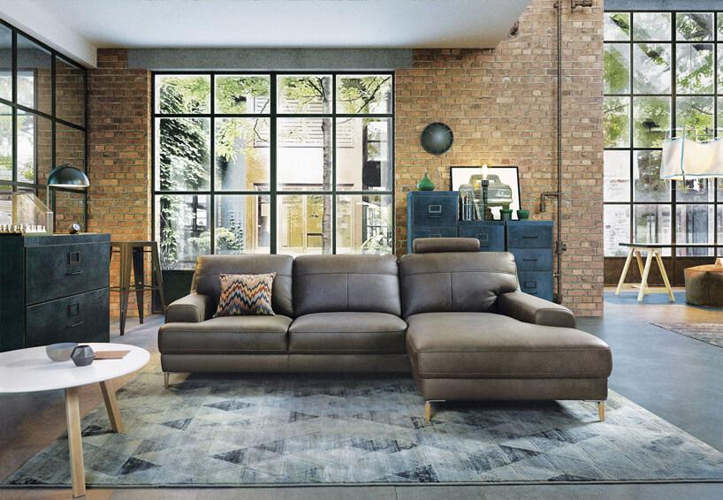jasno brązowa sofa wprzestronnym lofcie