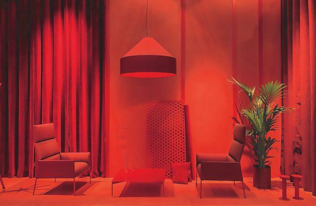 fotele i stolik na zdjęciu z czerwonym filtrem