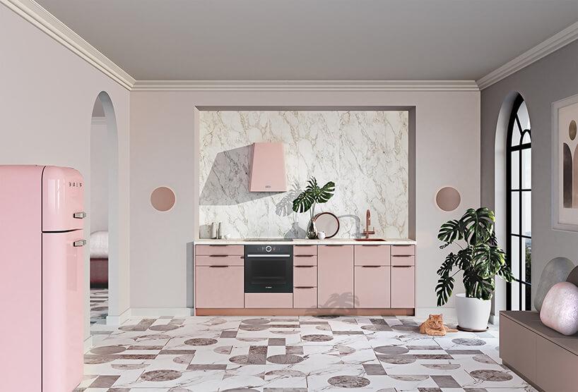 beżowa kuchnia zróżową wnęką kuchenną od ernestrust na biało brązowej podłodze