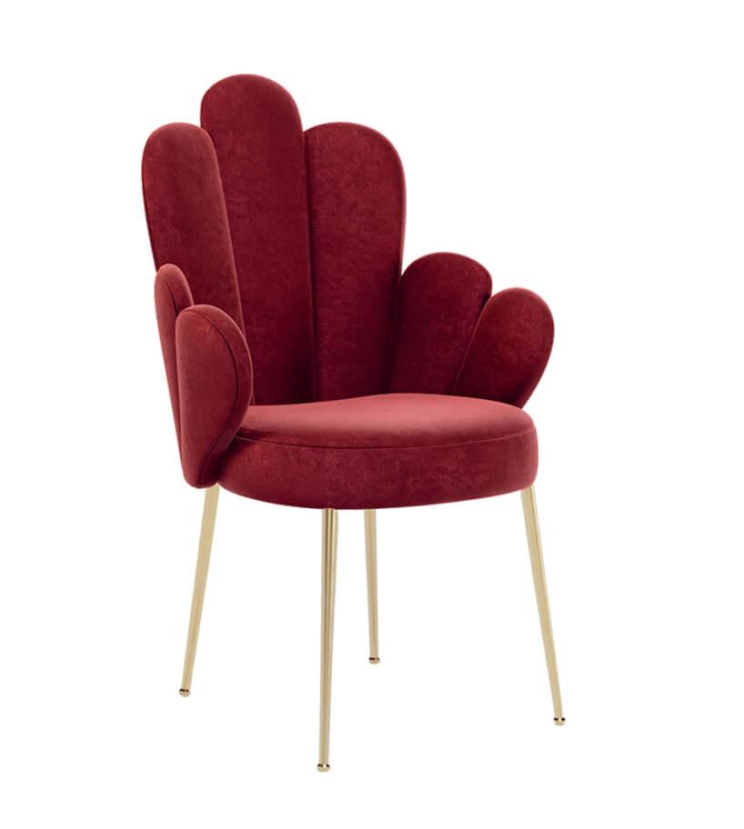 wyjątkowe czerwone krzesło znieregularnym oparciem