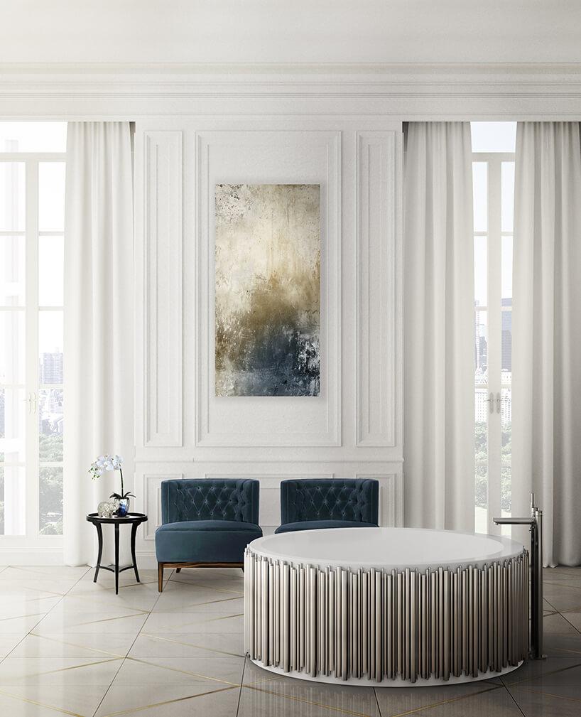 eleganckie jasne wnętrze łazienki zokrągłą wanną na tle dwóch niebieskich foteli
