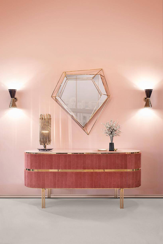 rózowe wnętrze zwyjątkowym niesymetrycznym lustrem ikomodą na wysokich nogach