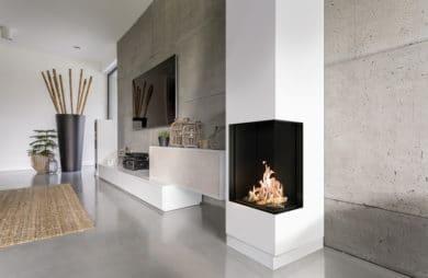 elegancki kominek LEO od Kratki czarny w białym kominie w jasnym salonie