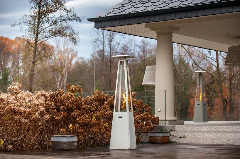 elegancki wysoki zewnętrzny kominek gazowy od Kratki na tarasie wjesiennej atmosferze