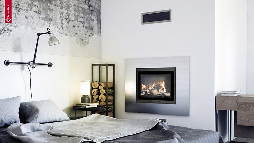 biało-szare zdjęcie srebrny kominek duże łóżko nowoczesna lampa