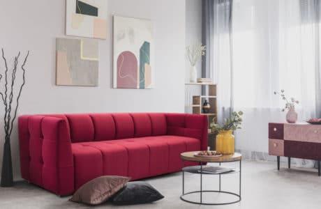 czerwona wąska kanapa w małym mieszkaniu