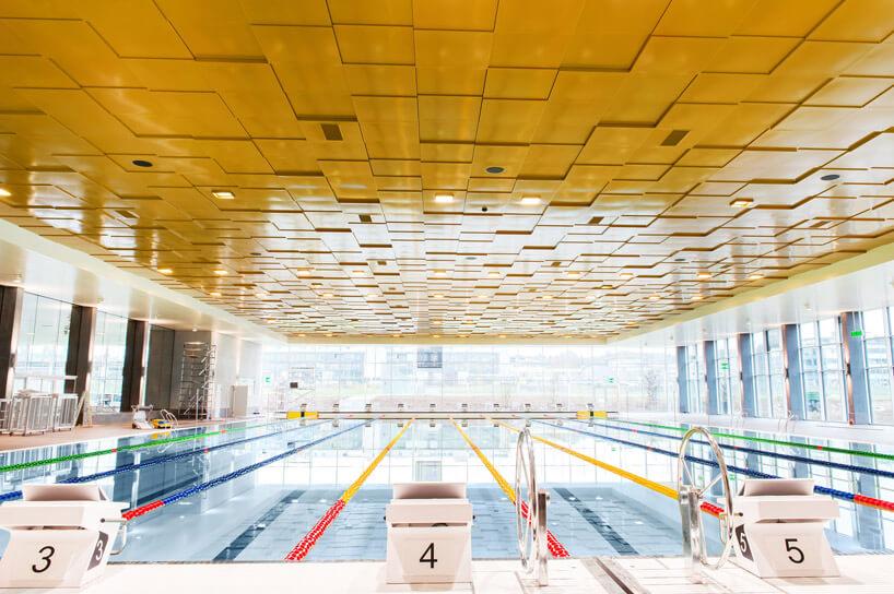 złoty sufit zpaneli na basenie