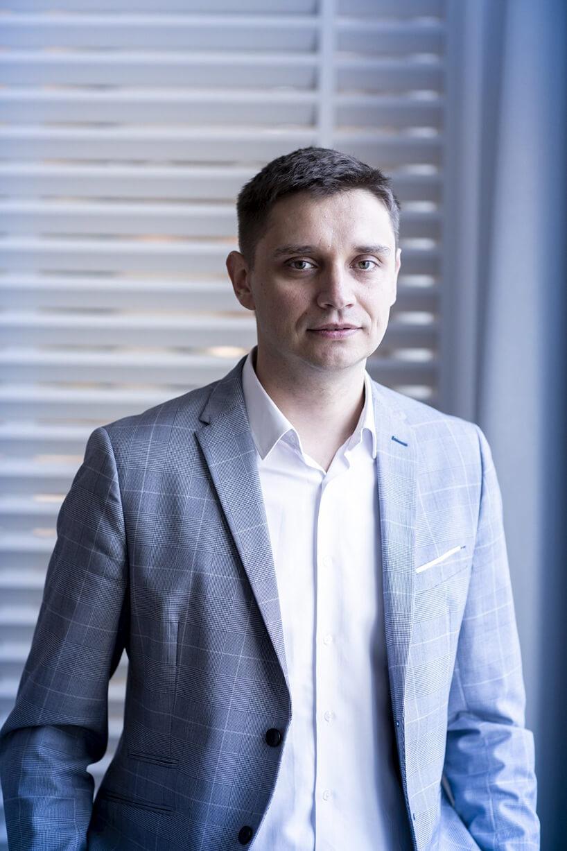 zdjęcie Jarosława Grabowskiego wniebieskiej marynarce