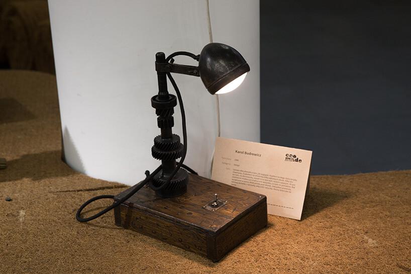 brązowa lampka zmetalowego złomu