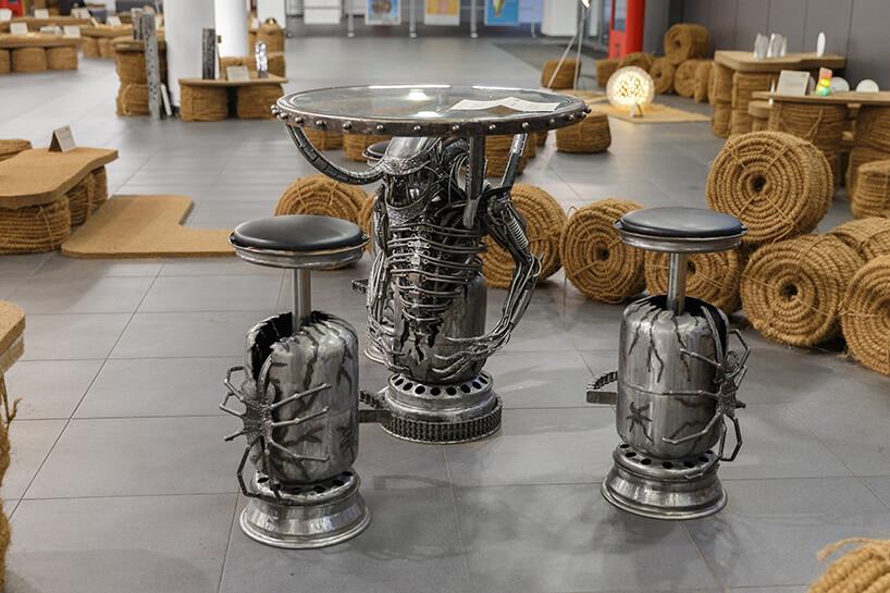 stolik zkrzesłami ze złomu