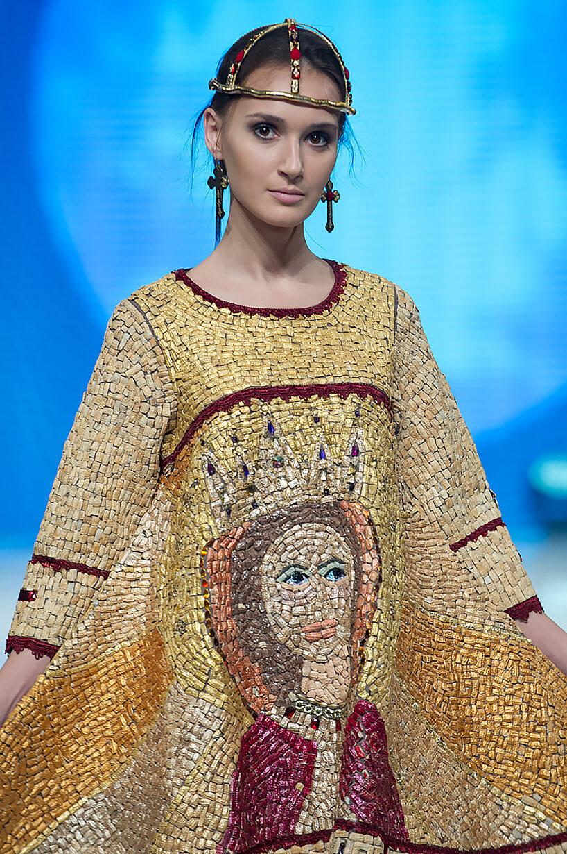 modelka ubrana wportret Matki Boskiej