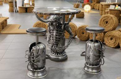 stół zrobiony z metalowych odpadów