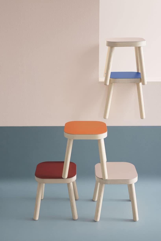 pięć drewnianych stołków zkolorowymi siedziskami