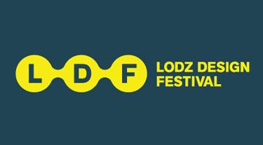 logo z szarych liter w żółtym obramowaniu na ciemnym tle