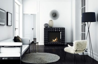 eleganckie białe wnętrze salonu z kominkiem marki Kratki wykończony błyszczącymi kafelkami