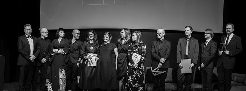 czarno białe zdjęcie najważniejszych osób na gali Wnętrze Roku SAW 2019