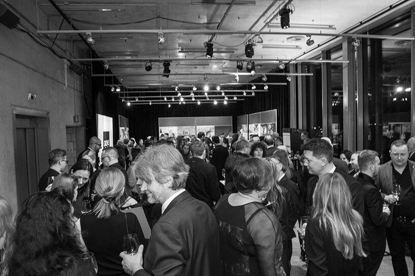 goście na gali Wnętrze Roku SAW 2019 podczas poczęstunku