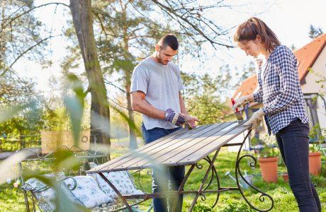pra malująca w ogrodzie drewniany stół