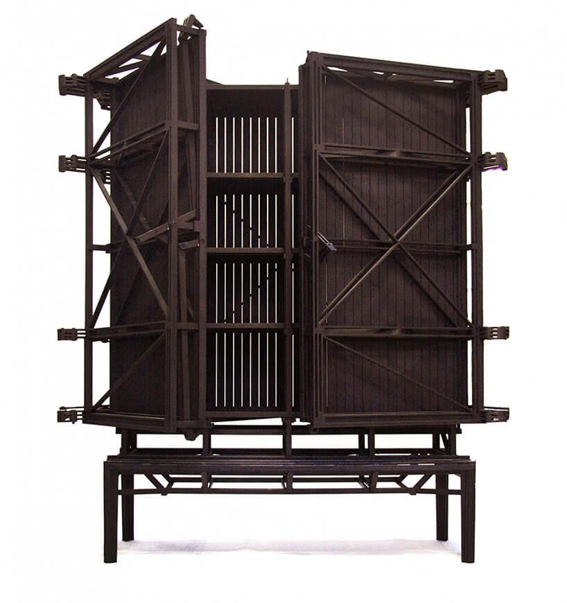 brązowa szafka zuchylonymi drzwiami