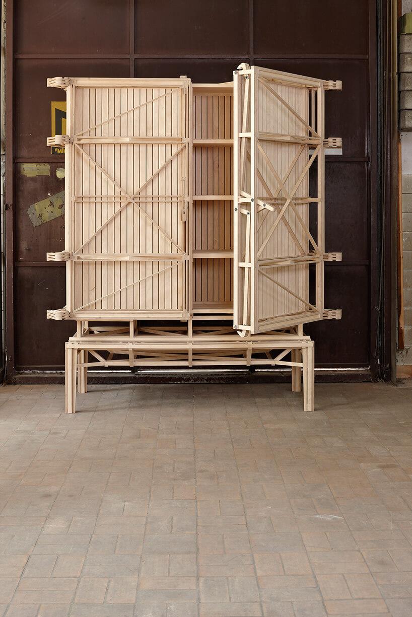 drewniana szafa podczas budowy