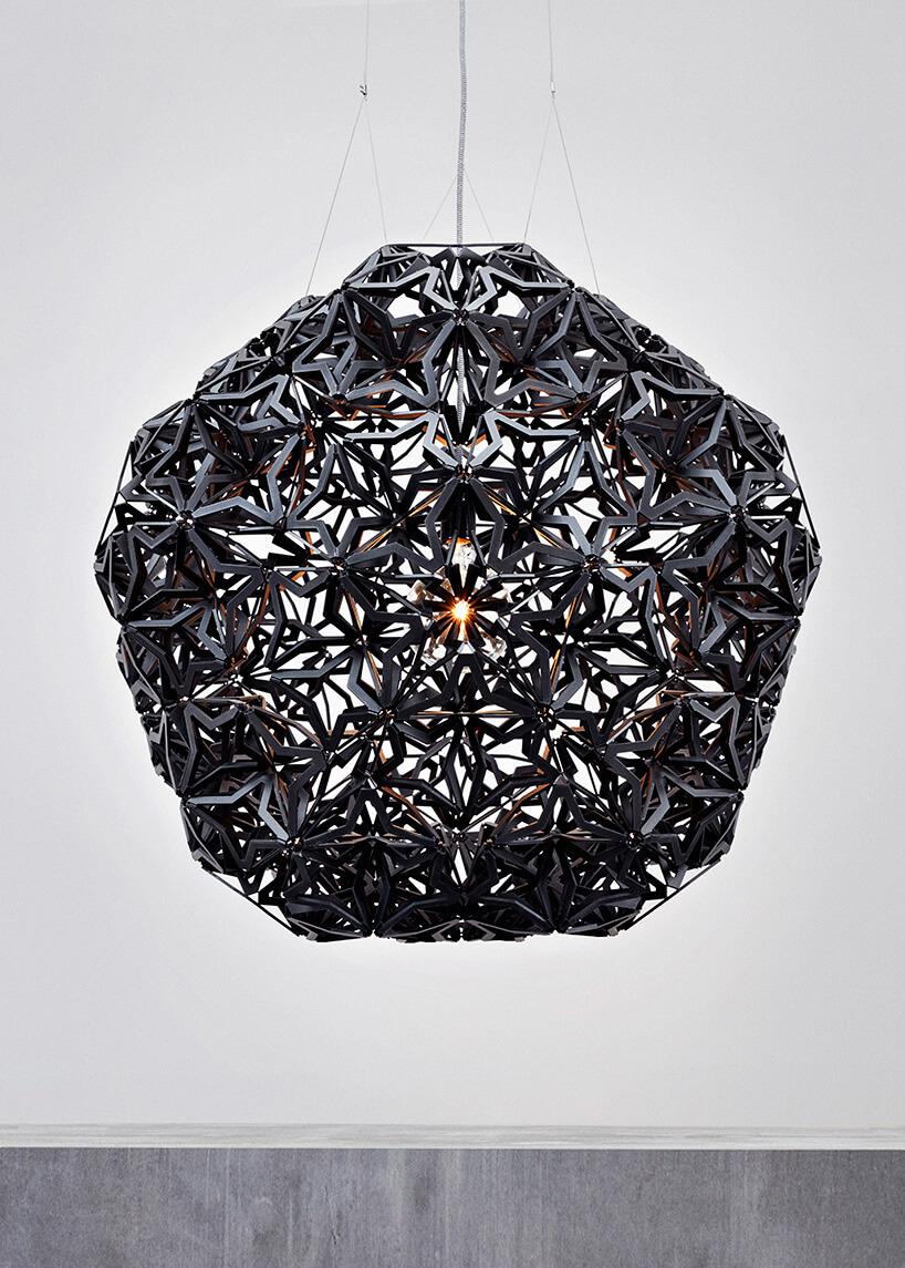 intrygująca czarna wisząca lampa
