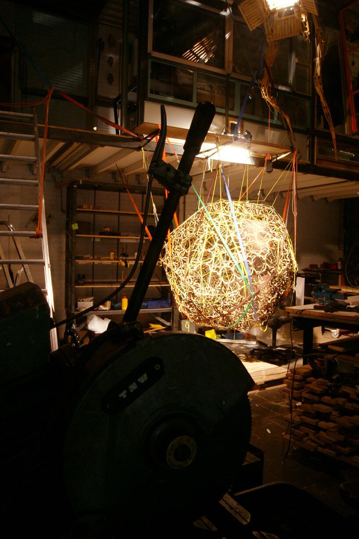 wyjątkowa lampa podczas procesu produkcji