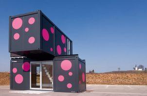 czarne kontenery w różowe kropki