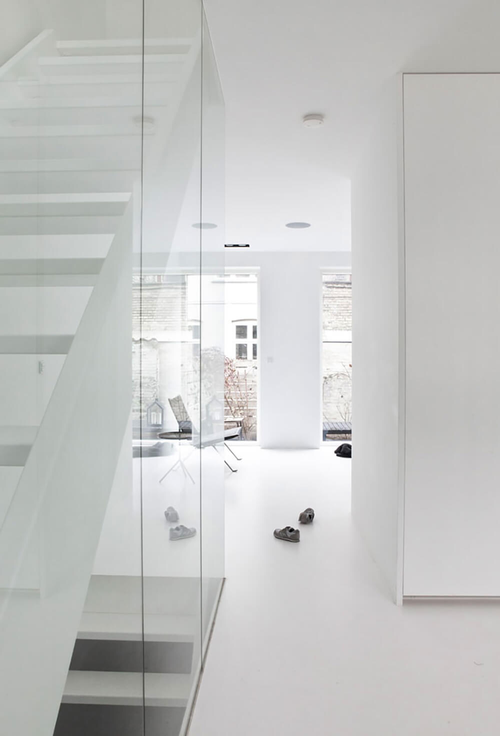 Kontrastowe ujęcia minimalizmu: wnętrza wczerni ibieli