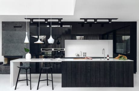 Kontrastowe ujęcia minimalizmu: wnętrza w czerni i bieli