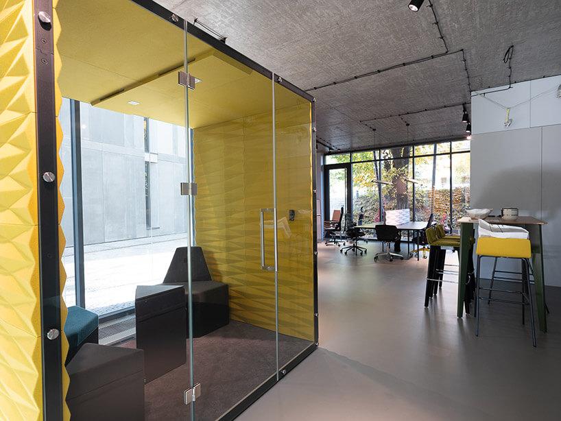 open space zboxem ze szklanymi drzwiami