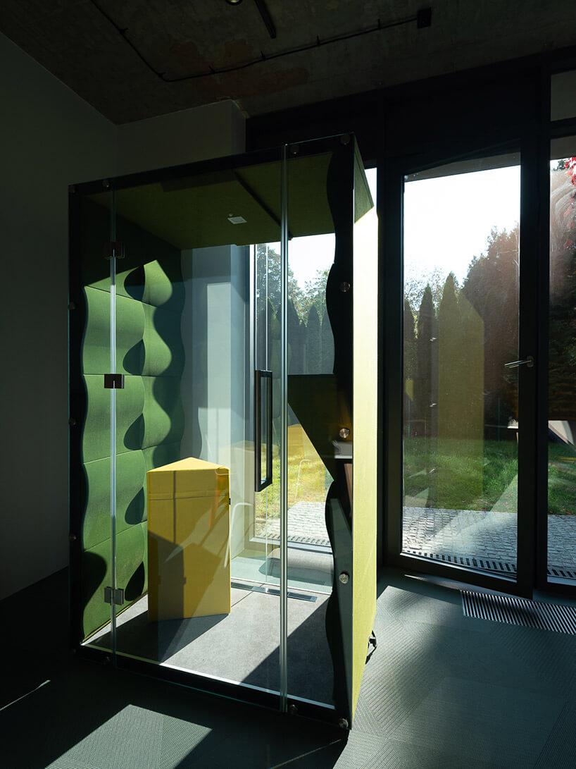 box wopen space zzielonymi ściankami