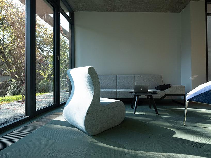 duży szary fotel zdużą sofą wtle
