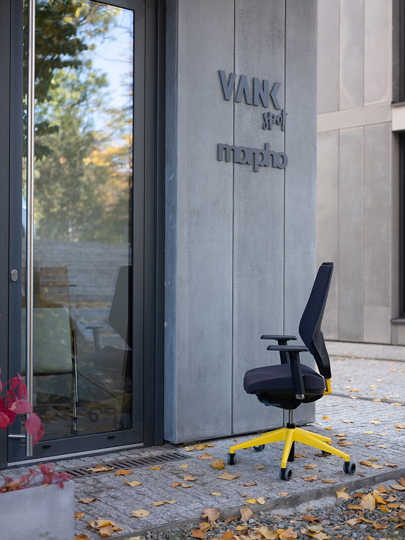 krzesło biurowe postawione przy wejściem do showroomu VANK