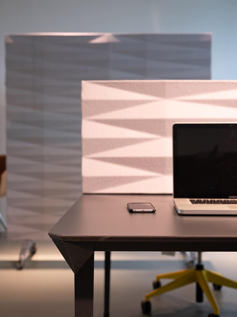 ciemne biurko wopen space ze ścianką