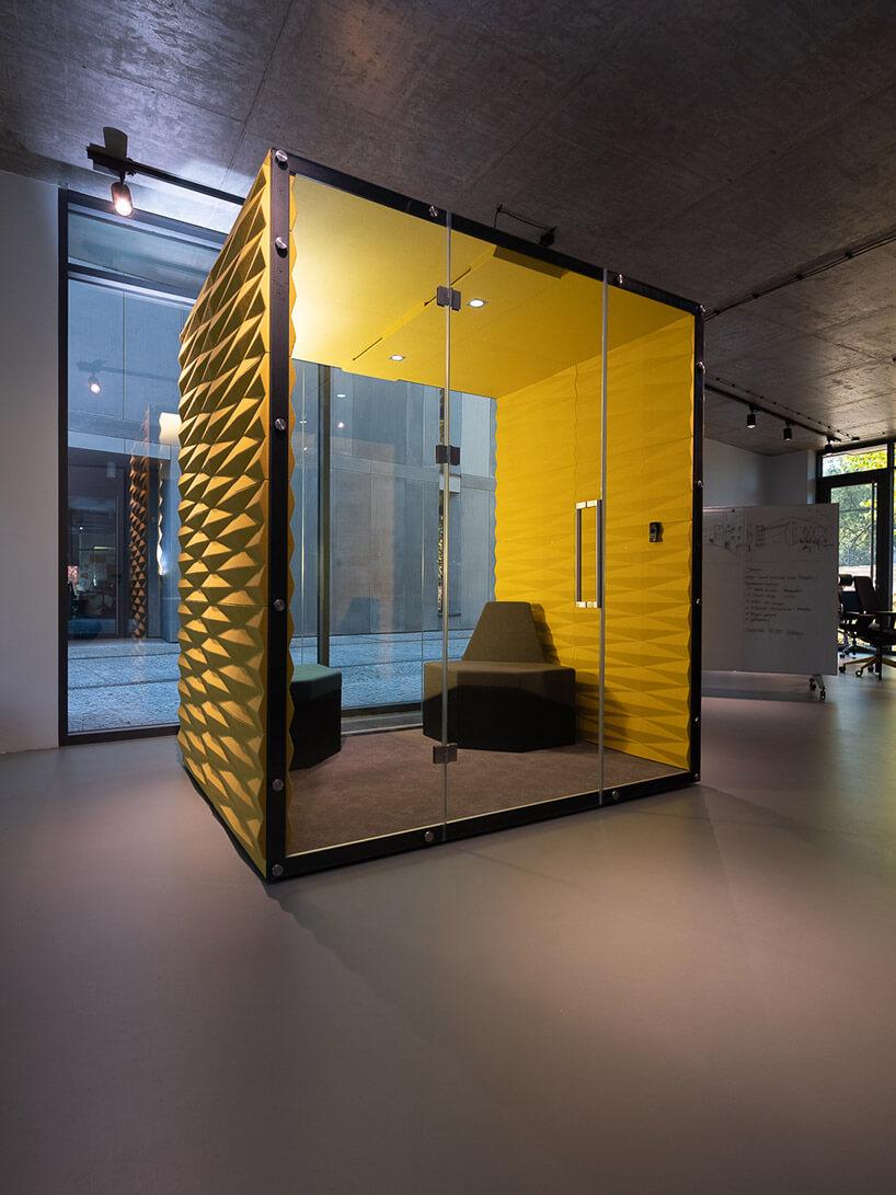 duży box VANK zżółtymi ścianami iprzeszklonymi drzwiami