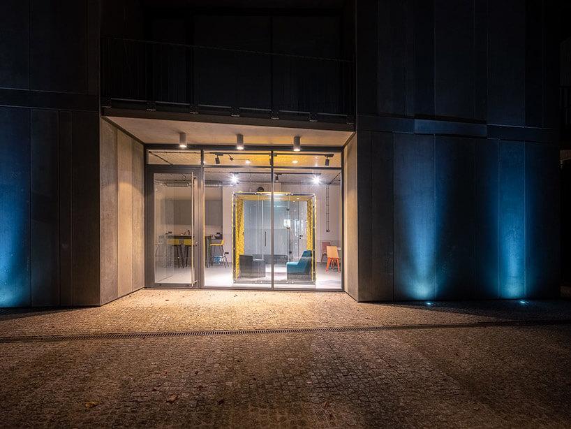 oświetlone wejście do showroomu VANK nocą