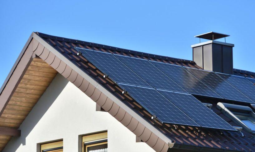 panele fotowoltaiczne od marki kratki na dachu domu
