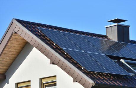 dach domu z panelami fotowoltaicznymi marki kratki