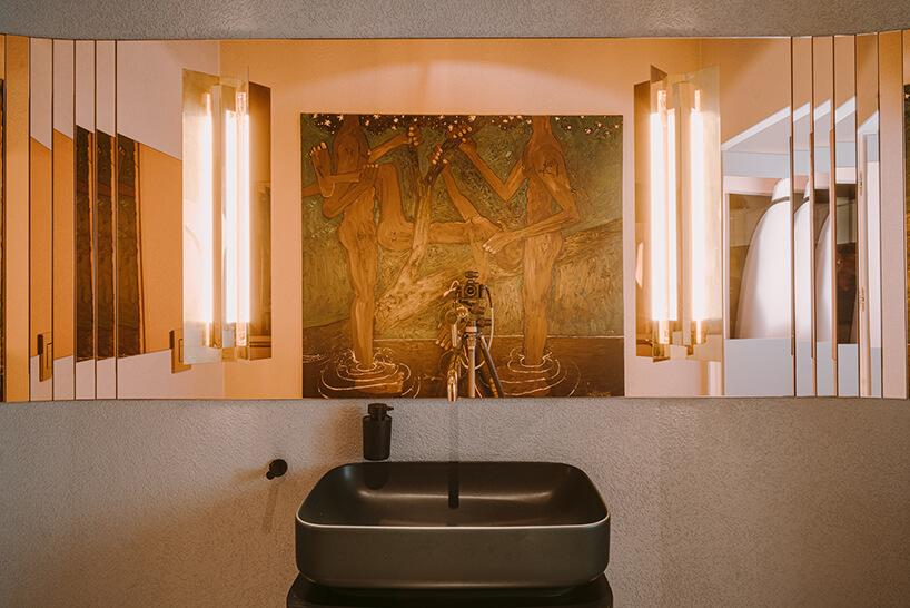 elegancka łazienka zciemną umywalką ilustrem zmiedzianym odbiciem wkreatywnym wnętrzu CLAY.WARSAW